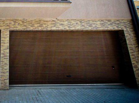 usa-de-garaj-cu-o-linie-centrala-stejar-inchis-montat-in-cluj-napoca