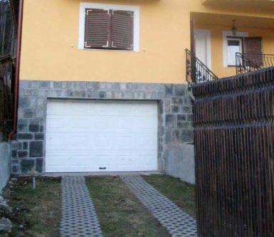 usa-de-garaj-rezidentiala-cu-panouri-casetate-doorTECK