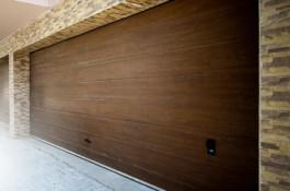 usa-de-garaj-stejar-inchis-cu-o-linie-centrala-pe-mijlocul-panoului