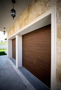 Usa-de-garaj-cu-dungi-orizontale-doorTECK-steajar-inchis.-Exterior