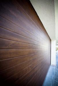 Usa-de-garaj-stejar-inchis.-Fotografie-de-detaliu