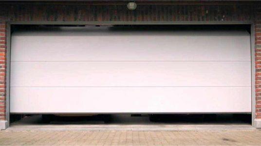 usi-de-garaj-cu-panouri-netede-fara-linii-alb-doorTECK-smilo-holding